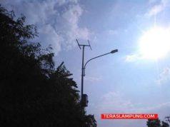 Lampu LED tenaga surya di tanjakan Tarahan hanya tinggal tersisa tiangnya saja. Sedangkan peralatannya seperti panel, accu sudah tidak ada lagi. (Objek dibidik pada Sabtu 19 Mei 2018) sore.