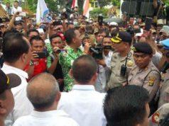 Perwakilan pejabat Pemkab Lampung Utara menemui para pendemo yang menuntut penyelesaian tunggakan ADD 2017