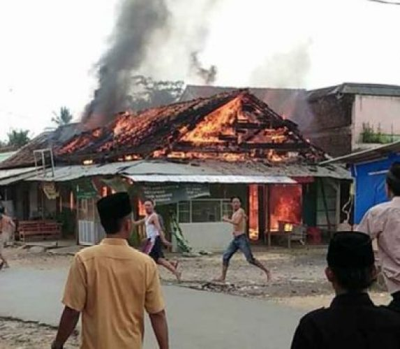 Kebakaran di Pasar Banyuurip, Kecamatan Banyumas, Kabupaten Pringsewu,Jumat siang, 15 Juni 2018. Foto: Florentinus Graha DP.