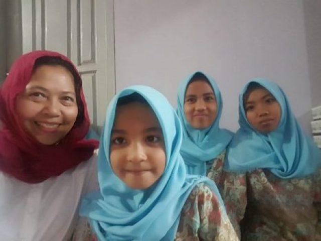 Siti Noor Laila (kiri) padaa acara puasa bersama 100 anak-anak Panti Asuhan Al Hidayah Jl Antasari Bandarlampung, 31 Mei 2018 lalu.