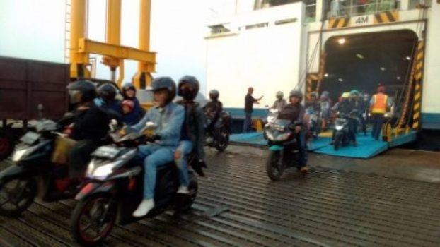 Para pemudik yang menggunakan sepeda motor saat tiba di Pelabuhan Bakauheni, Minggu (9/6/2018)