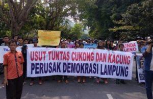 Ratusan massa dari posko demokrasi menolak hasil pleno KPU Lampung,Minggu (8/7/2018).