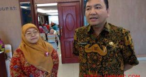 Kadis Kesehatan Bandarlampung dr. Edwin Rusli didampingi pemantau dari Unicef perwakilan Lampung Titi Sari