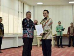 Gubernur Lampung Ridho Ficardo menyerahkan surat dari Mendagri tentang penunjukan sebagai Plt Bupati Lampung Selatan kepada Nanang Ermanto,, Jumat (3/8/2018)