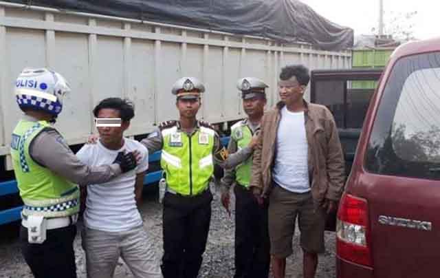 Dua tahan Polsek Katibung, Lampung Selatan saat diamankan petugas Satlantas Polres Way Kanan di Jalintengsum KM 206, Kampung Karang Umpu, Kecamatan Blambangan Umpu, Way Kanan. (Foto: Humas Polres Way Kanan)