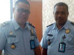 Kepala Imigrasi Kotabumi, Lampung Utara, Bachtiar (kiri)