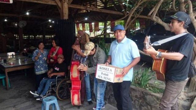 Tampan Sudjarwadi, Caleg No. 2 DPRD Provinsi Lampung dari partai NasDem (kaus biru muda bertopi) turut ambil peran mengais donasi Ngamen galang dana untuk korban bencana alam Sulteng bersama Kosela.
