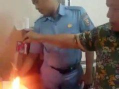Anggota DPRD Lampung, Johan Sulaiman (kanan), menunjukkan kopi bubuk Luwak dalam kemasan yang terbakar ketika dituangkan di atas bara api. (Teraslampung.com/dok pribadi Johan Sulaiman)