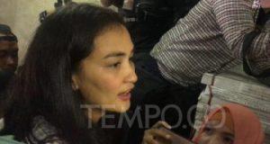 Aktris Atiqah Hasiholan tiba untuk menjalani pemeriksaan terkait kasus kebohongan ibunya, Ratna Sarumpaet di gedung Dirkrimum Polda Metro Jaya, Jakarta, Selasa, 23 Oktober 2018. TEMPO/Adam Prireza