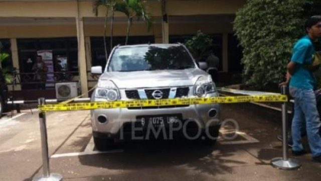 Mobil Nisan X-Trail menjadi barang bukti dalam penyidikan pembunuhan satu keluarga di Bekasi, Kamis 15 November 2018. Tempo/adi warsono