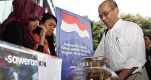 "Faisal Basri menyumbang di posko ICW ""Saweran Untuk KPK"" di pelataran gedung KPK, Jakarta, Jumat (29/06). TEMPO/Dhemas Reviyanto"