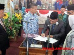 Ketua DPRD Lampung Utara, Rachmat Hartono menyaksikan penandatangan dokumen pengambilan sumpah tiga anggota DPRD yang baru periode 2014 - 2019