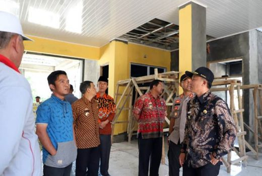 Bupati Lampung Barat, Parosil Mabsus (kanan),meninjau pembangunan Puskesmas Rawat Inap di Kecamatan Lumbok Seminung, Jumat (16/11/2018)