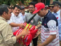 Sekjen Partai Gerindra menyerahkan bantuan untuk para korban tsunami di Lampung Selatan.
