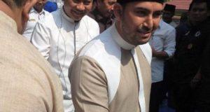 Ustaz Ahmad A-Habsyi bersama Bupati Agung Ilmu Mangkunegara menyalami jamaah tabligh akbar di halaman Kantor Pemkab Lampura.