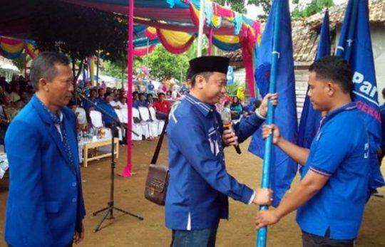 Penyerahan bendera petaka kepada para pengurus ranting Partai Nasdem yang baru dilantik, Minggu, 27 Januari 2019.