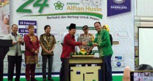 Walikota Herman HN menyerahkan potongan tumpeng kepada ketua Yayasan Alfian Husin Andi Desfiandi.