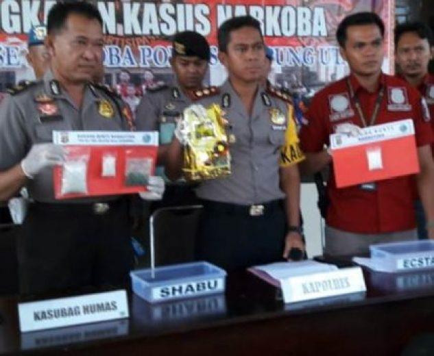 Kapolres Lampura, AKBP Budiman Sulaksono bersama petinggi-petingginya menunjukan barang bukti sabu seberat 1 Kg