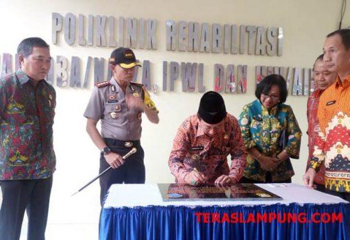 Walikota Herman HN menandatangani prasasti peresmian Poliklinik Rehabilitasi Narkoba dan HIV/AIDS, Jumat, 22 Februari 2019.