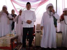 Bupati Parosil Mabsus (tengah) pada acara zikir manakib di Kecamatan Kebun Tebu, Lampung Barat, Senin, 25 Maret 2019.