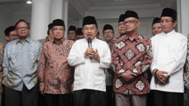 Wakil Presiden Jusuf Kalla menyampaikan keterangan kepada awak media setelah pertemuan dengan sejumlah tokoh Muslim di rumah dinas wakil presiden, Jakarta, Senin, 22 April 2019. ANTARA