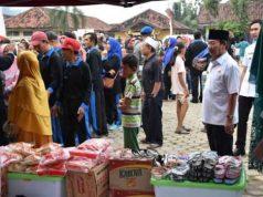Walikota Herman HN memantau pasar murah.