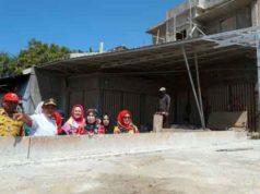 Plt Bupati Lampung Selatan Nanang bersama Ketua Tim Penggerak PKK Winarni meninjau progres pembangunan Jembatan Patriot, Kalianda.