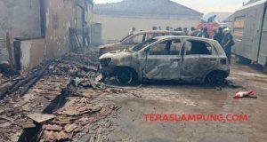 Dua mobil yang dipakir di Mapolres Lampung Selatan ludes terbakar, Kamis siang, 2 Mei 2019.