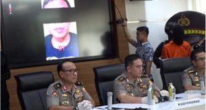 Polri menampilkan video pria tersangka teroris. Dalam video itu, tersangka mengatakan berencana melemparkan bom di kerumunan massa pada 22 Mei mendatang (BBC)
