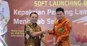 Ridho Ficardo menerima buku tentang Kepaksian Pernong dari mantan Kapolda Lampung yang juga Sultan Sekala Bkhak, Yang Dipertuan Agung ke-23 Paduka Yang Mulia Pangeran Edward Syah Pernong.