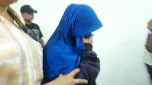 Emak-emak yang merekam video pengancaman terhadap presiden digiring di Mapolda Metro Jaya. (Foto: Suara.com)