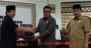 Wiyadi menyerahkan rekomendasi DPRD Bandarlampung tentang LKPJ Walikota Bandarlampung kepada Walikota Herman HN.