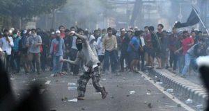 Massa melemparkan batu ke arah petugas kepolisian saat terjadinya bentrokan di Jalan KS Tubun, Jakarta, Rabu 22 Mei 2019. Ketegangan usai demo di depan Gedung Bawaslu, Jakarta Pusat merembet ke sejumlah lokasi, yakni di kawasan Tanah Abang dan wilayah KS. Tubun, Jakarta Barat. ANTARA FOTO/Sigid Kurniawan