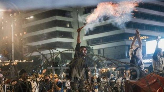 Sejumlah peserta aksi Gerakan Nasional Kedaulatan Rakyat melakukan penyerangan kepada petugas Kepolisian dalam Aksi 22 Mei di depan gedung Bawaslu, Jakarta, 22 Mei 2019. Massa terus melempari polisi dengan batu serta bom molotov. Mereka juga mengarahkan kembang api dan petasan ke blokade polisi. TEMPO/M Taufan Rengganis