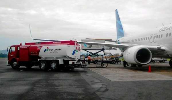 Sebuah pesawat komersil saat mengisi bahan bakar avtur sebelum lepas landas. ( Foto: Beritasatu.com/Danung Arifin )
