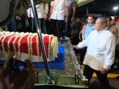 Prosesi penyambutan jenazah istri Presiden ke-6 Susilo Bambang Yudhoyono, Kristiani Herrawati atau Ani Yudhoyono di Lanud Halim Perdanakusuma, Jakarta pada Sabtu malam, 1 Juni 2019.