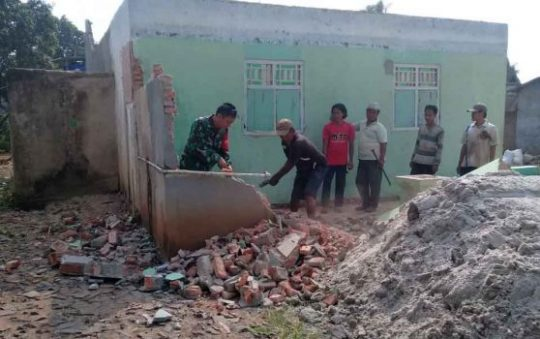 TNI dibantu warga desa bergotong royong dalam TMMD