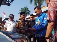 Wakil Bupati Budi Utomo didampingi Pj. Sekkab Lampung Utara, Sofyan memeriksa kelayakan mobil dinas