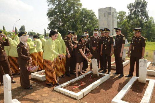 Suasana tabur bunga yang dilakukan oleh Kejaksaan Negeri Lampung Utara di makam pahlawan