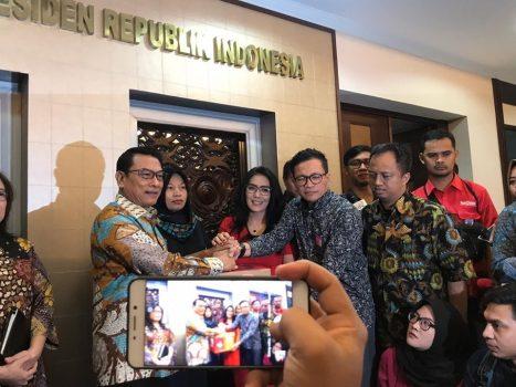 Didampingi Deputi V bidang Polhukam Jaleswari Pramodhawardani, Kepala Staf Kepresidenan Moeldoko menerima langsung Baiq Nuril di Bina Graha, Kantor Staf Kepresidenan, Jakarta.