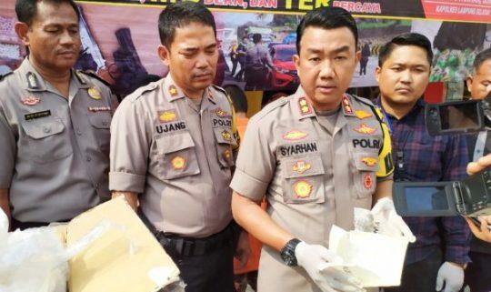 Kapolres Lamsel, AKBP M Syarhan menunjukkan barang bukti 1,4 Kg sabu-sabu yang disita dari hasil ungkap modus baru penyelundupan narkoba di Seaport Interdiction (SI) Pelabuhan Bakauheni.