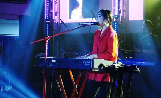 Bintang utama, Isyana Sarasvati dalam penutupan Fortelations iRideScent SMAK 7 PENABUR Jakarta. (1)