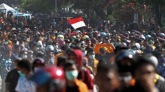 Mahasiswa berjalan menuju gedung DPRD Sulawesi Tenggara untuk melakukan aksi unjuk rasa di Kendari, Sulawesi Tenggara, Kamis 26 September 2019. Ribuan mahasiswa dari berbagai perguruan tinggi di Kendari tersebut menolak UU KPK hasil revisi dan pengesahan RUU KUHP. ANTARA FOTO/Jojon
