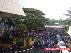 Ribuan mahasiswa Lampung berunjuk rasa di kantor DPRD Lampung di Jl. RW Monginsidi Bandarlampung, Selasa siang, 24 September 2019.