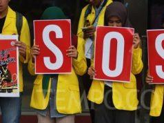 Ratusan mahasiswa melakukan aksi solidaritas selamatkan KPK, di gedung Komisi Pemberantasan Korupsi, Jakarta, Kamis, 12 September 2019. Aksi damai ini menolak usulan DPR melakukan revisi Undang-Undang Nomor 30 Tahun 2002 tentang KPK dan menolak nama Calon Pimpinan yang bermasalah. TEMPO/Imam Sukamto