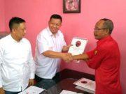 Yusuf Kohar menyerahkan berkas formulir pendaftaran bakal calon Walikota Bandarlampung kepada panitia di DPC PDIP Bandarlampung, Senin (16/9/2019).