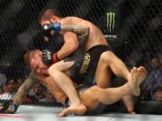 Khabib Nurmagomedov menyerang Dustin Poirier dalam pergelaran UFC 242: Khabib vs Poirier di Abu Dhabi, Uni Emirat Arab pada Sabtu 7 September 2019. (AP/The Independent)