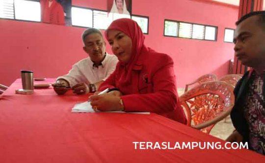 Hanafi Pulung (baju putih) menerima pendaftar calon walikota Eva Dwiyana, Senin (9/9/2019).