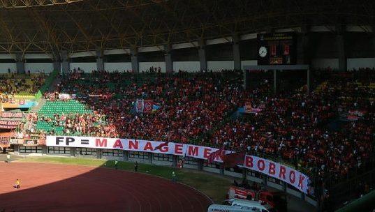 Spanduk raksasa dipasang The Jakmania di laga Persija vs Badak Lampung FC di Stadion Patriot Bekasi, Ahad, 1 September 2019. Aksi itu sebagai bentuk protes atas prestasi Persija Jakarta. Tempo/Adi Warsono