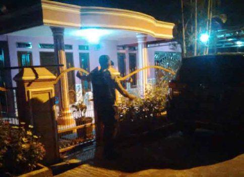 Suasana penggeledahan di rumah pribadi mantan Kepala Bidang Bina Marga di Dinas PUPR Lampura, Rabu malam (9/10/2019).